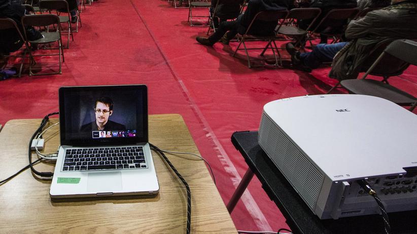 Brisante Mischung: Edward Snowden und Beamer, hier auf einer Veranstaltung in Toronto.