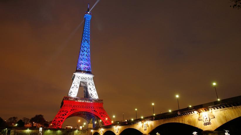 Der Eiffelturm erstrahlt in diesen Tagen in den französischen Nationalfarben.