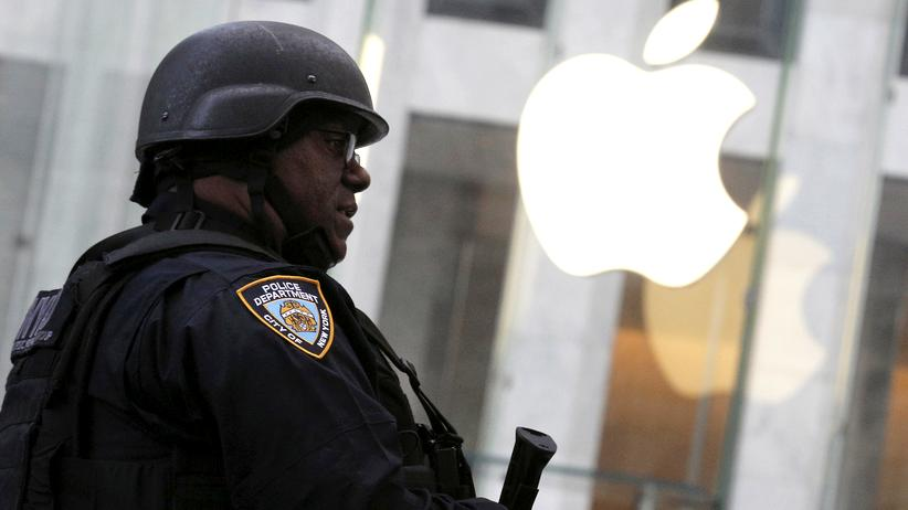 Polizist vor dem Apple Store in New York City