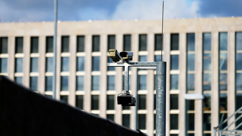 Kameras am neuen Gebäudekomplex des BND in Berlin