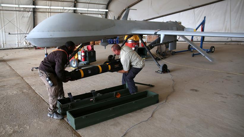 NSA-Untersuchungsausschuss: Eine US-Predator-Drohne wird mit Hellfire-Raketen bestückt.