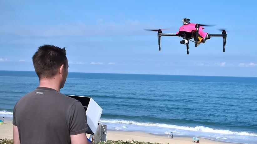 """Drohnen: Drohne am Strand: Der """"Helper"""" kann eine Schwimmweste abwerfen, wenn jemand in Not ist."""