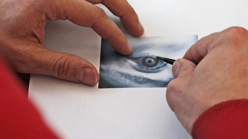 Biometrie: Jan Krissler legt eine Kontaktlinse auf ein Foto seines Auges, um einen Irisscanner zu täuschen.