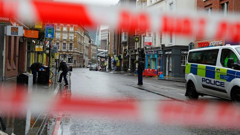 Die Polizei bei der Spurensicherung in London.