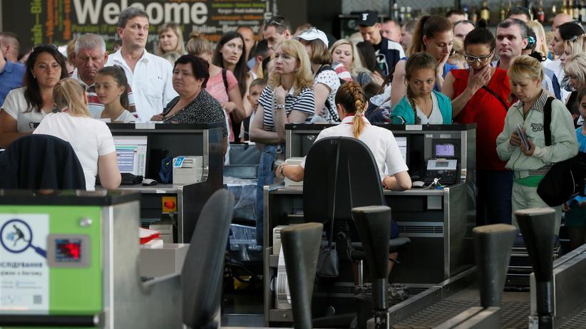 Ransomware: Passagiere warten am 27. Juni am Flughafen Boryspil in Kiew darauf, ihr Gepäck einzuchecken. Neben dem Flughafen war auch die Eisenbahn in der Ukraine von dem Cyberangriff betroffen.