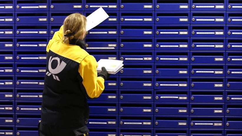 Postbotin bei der Arbeit