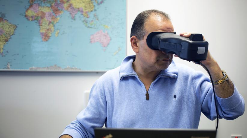 Imad Malhas führt seinen Iris-Scanner vor.