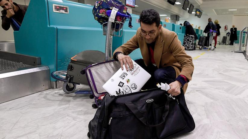 Immer häufiger müssen Reisende am Flughafen ihre Geräte vorzeigen.