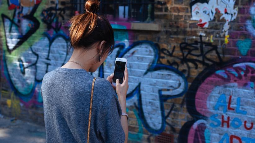 Social Media: Ständig am Chatten, Surfen, Liken und Posten. Muss jemand die Kids aufhalten? Oder ist die Sorge, dass uns das Smartphone noch krank macht, übertrieben?