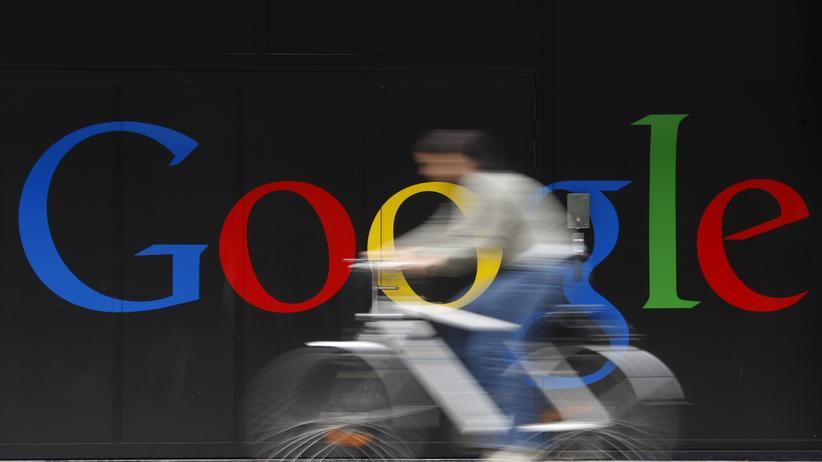 Google: Ein Mitarbeiter fährt vor dem Google-Sitz in Zürich mit dem Fahrrad.