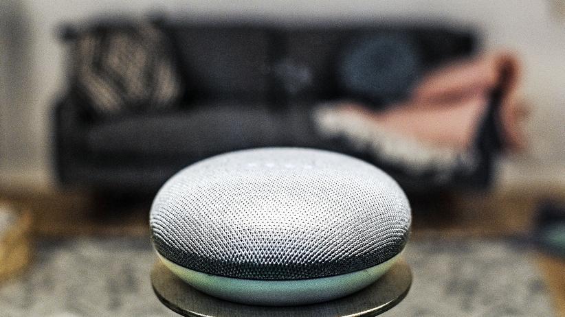 Sprachassistenten: Smarte Geräte wie dieser Google Home Mini, fotografiert auf dem Mobile World Congress in Barcelona, können bei Ermittlungen zu Wanzen werden.