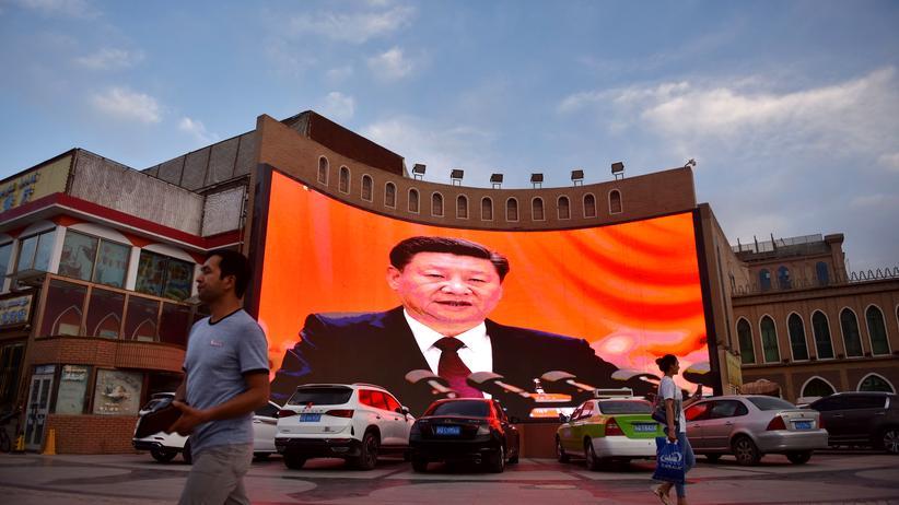 Überwachung: Chinas Präsident Xi Jinping auf einer Werbetafel in der westlichen Provinz Xinjiang