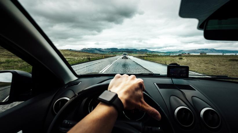 Datenschutz: Eine Person am Steuer: Wer kein Auto besitzt, aber doch mal eins braucht, kann auf Mietwagenportalen eins buchen. Nicht immer ist das eine gute Idee, wie nun unser Autor erleben musste.