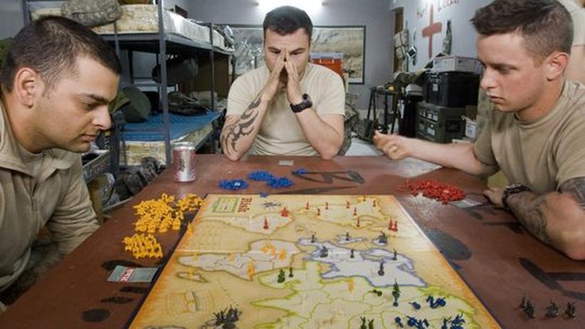 """US-Soldaten in Afghanistan spielen """"Risiko"""", ein Spiel, bei dem es darum geht, die Welt zu erobern."""