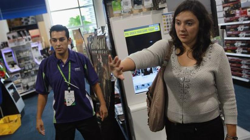 Kinect: Eine Kinect-Vorführung in einem Laden für Computerspiele und Zubehör in Miami Beach in Florida.