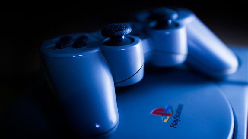 Eine PlayStation der ersten Generation.