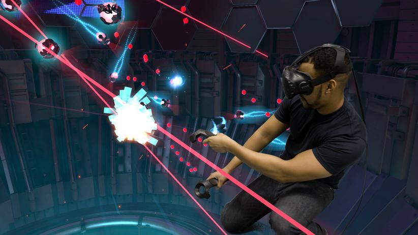 HTC Vive: Feindlichen Lasern kann man durch Bewegungen ausweichen.