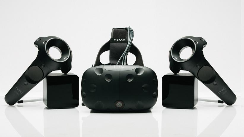 Die HTC Vive kommt mit zwei Touchcontrollern und zwei Tracking-Stationen.