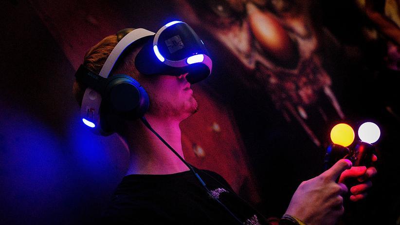 Ein Gamescom-Besucher testet PlayStation VR.