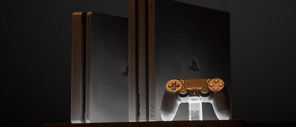 Die neue PlayStation 4 Slim (links) und die PS4 Pro