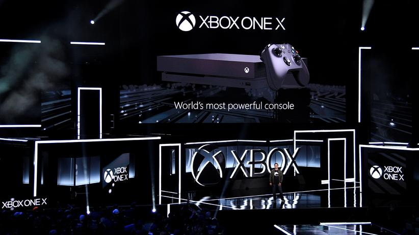 Microsofts Phil Spencer präsentiert die Xbox One X