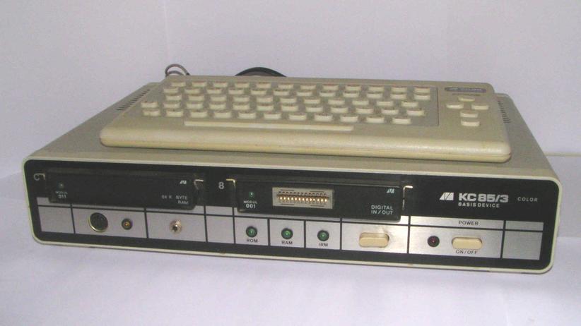 KC 85/3 mit KC 85/4-Gehäuseschale, Zusatzmodulen und Tastatur