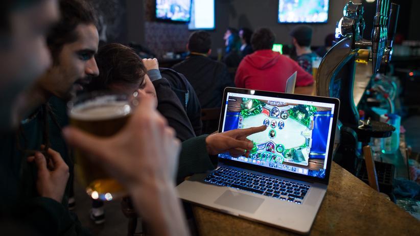 """Videospiele: """"Hearthstone""""-Spieler in einer Bar"""