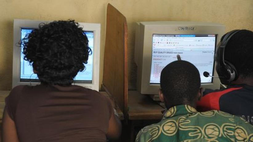 Afrika: Surfer in einem Internetcafé in Abidjan, Elfenbeinküste