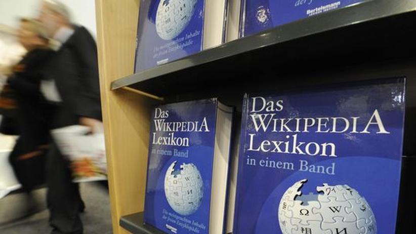 Wikipedia: Inzwischen gibt es Wikipedia auch als klassisches Lexikon - entsprechend hoch sind die Erwartungen der Öffentlichkeit an das Projekt und damit auch der Druck auf die Beteiligten