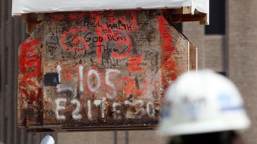 Botschaften auf einem Stück Stahl des World Trade Centers - der Block ist Teil des Denkmals für die Opfer der Anschläge
