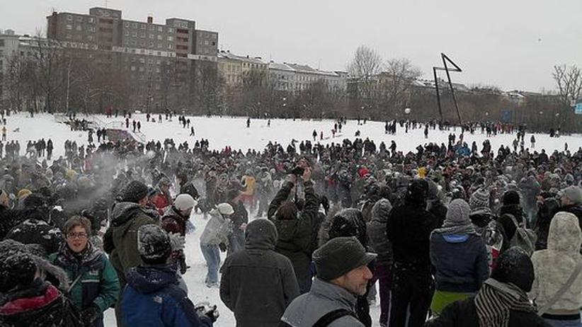 Zu der Massenschneeballschlacht im Görlitzer Park in Berlin hatte man sich über das Internet verabredet