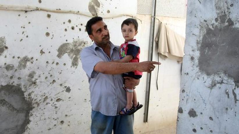 Wikileaks: Ein Iraker zeigt die Schäden an seinem Haus, die durch einen amerikanischen Hubschrauber-Angriff verursacht worden sein sollen. Während des Angriffs starben auch zwei Mitarbeiter der Nachrichtenagentur Reuters