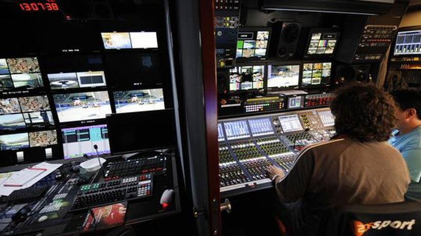 Online-Journalismus: Mitarbeiter des ZDF vor ihren vielen Monitoren im Übertragungs-Wagen bei einer Sportveranstaltung