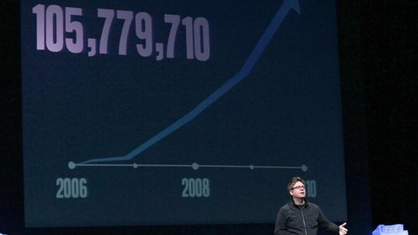 Twitter-Mitgründer Biz Stone - im Hintergrund die Kurve des Nutzerwachstums. Inzwischen haben sich mehr als 100 Millionen Menschen bei dem Dienst registriert