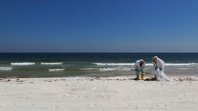 Anti-BP-Kampagnen: Bilder, wie sie BP ganz gerne herausgibt: ein weißer Strand, der lediglich von ein paar braunen Klumpen gereinigt werden muss. Alles halb so schlimm