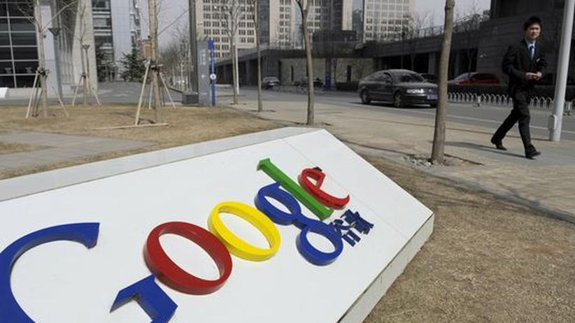 Software: Ein Mann geht am Google Firmen-Logo in Peking vorbei