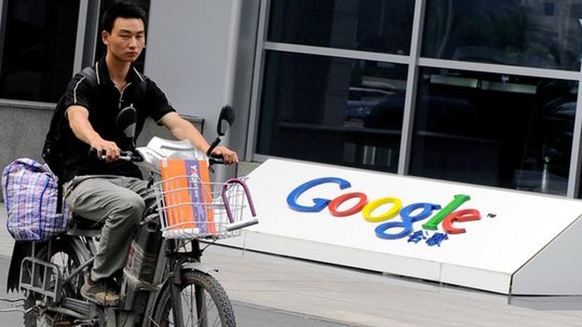 Internetzensur: Ein Chinese fährt am Google Sitz in Peking vorbei. Google wartet derzeit darauf, dass man seine Handels-Linzenz verlängert