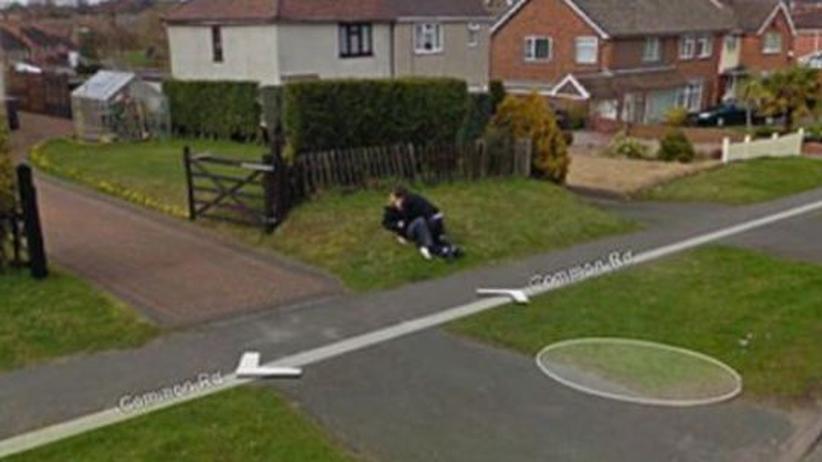Digitale Identität: In Wolverhampton in Großbritannien filmte ein Google-Auto zwei Teenager beim Küssen. Inzwischen ist das Bild gelöscht, obwohl sie selbst das gar nicht verlangt hatten