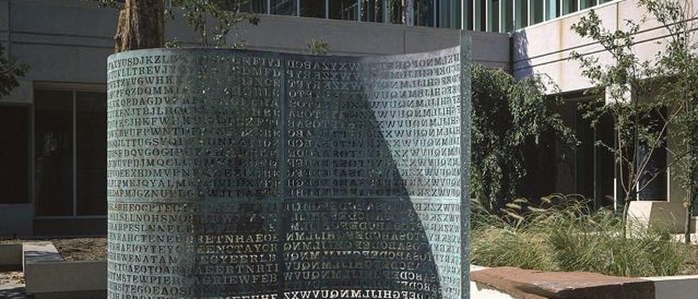 """Die Skulptur """"Kryptos"""" auf dem Gelände der CIA in Langley, Virginia"""