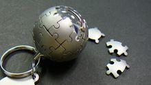 Die Weltkugel aus Puzzleteilen ist weltweit bekannt - ein Schlüsselanhänger in Form des Wikipedia-Logos