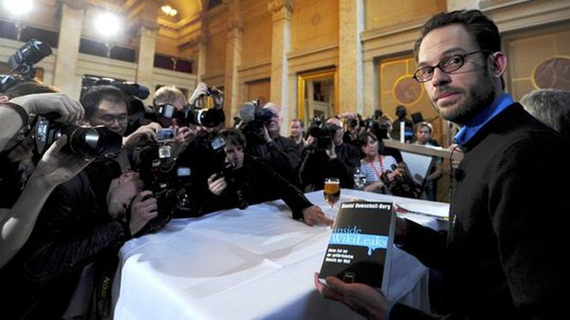 Daniel Domscheit-Berg präsentiert sein Buch in Berlin