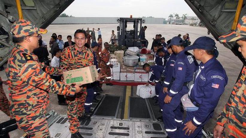 Hilfe für Japan: Mitglieder der malaysischen Hilfsorganisation SMART laden Hilfsgüter in ein Flugzeug, um es nach Japan zu schicken
