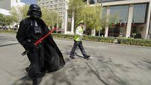 """Ein als Darth Vader verkleideter """"Star Wars""""-Fan bei einer Parade in Mexico City anlässlich der neuen Blu-Ray-Edition der Reihe"""