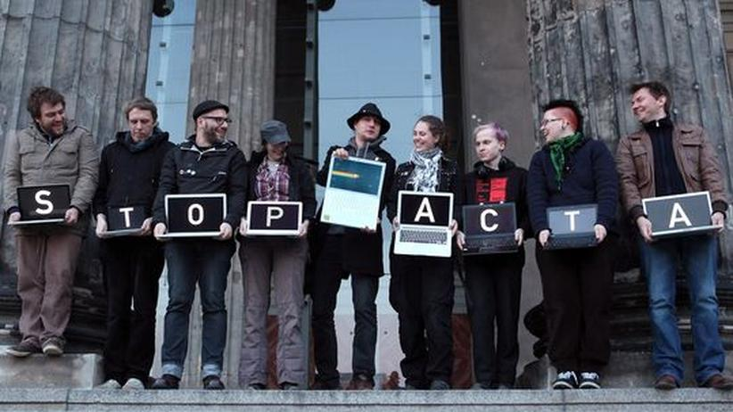Protest gegen den Handelsvertrag Acta, von dem Kritiker fürchten, dass er im Namen des Urheberrechts zu mehr Überwachung führt.