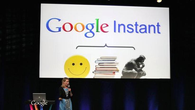Google-Managerin Marissa Mayer 2010 bei der Vorstellung von Google Instant, der sofortigen Suche bei Texteingabe
