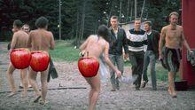 Mit roten Äpfeln verdeckte der Autor in der Apple-Version die Hintern auf den historischen Fotos.