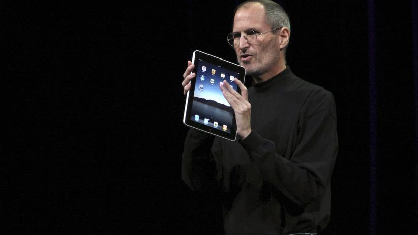 Steve Jobs stellte 2010 das erste iPad vor. Weil er dort auch E-Books anbieten wollte, verhandelte er mit Verlagen feste Preise.