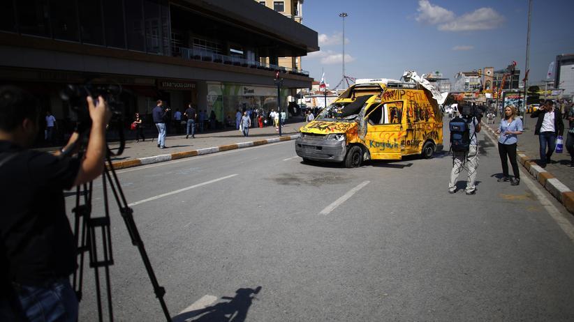 Wut auf die eigenen Medien – ein zerstörter Wagen eines Fernsehsenders auf dem Taksim-Platz