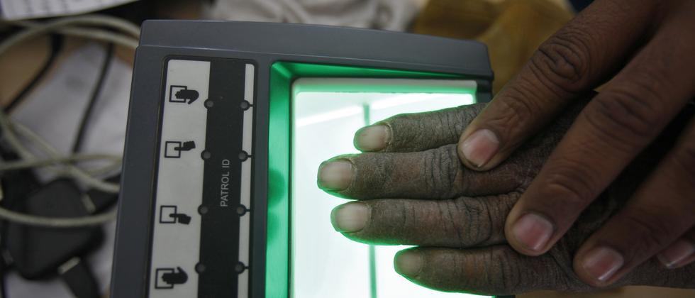 Alles wird verdatet - Volkszählung in Indien, bei Fingerabdrücke und Augen aller Bürger gescannt werden.