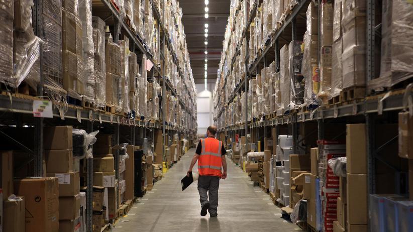 Online-Versand: Ein Mitarbeiter in einem Amazon-Depot im britischen Swansea.